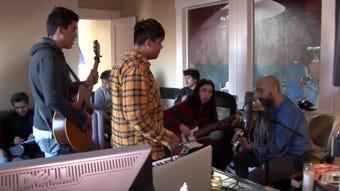 Ozomatli da un paso más en su particular labor social al compartir su experiencia en producción musical con jóvenes de bajos recursos.