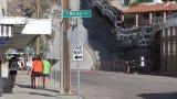 El alambrado de púas que Trump mandó instalar en Nogales es todo un atractivo turístico para cientos de visitantes