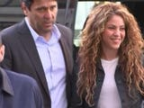 Colombian singers Shakira and Carlos Vives have appeared in a Madrid court to answer allegations by a Cuban-born singer they plagiarized his work.