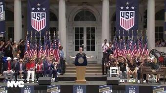 """Miles de neoyorquinos recibieron con toneladas de confeti a las flamantes ganadoras del Mundial de fútbol, en un desfile donde Megan Rapinoe, la capitana, se ha convertido en estrella y símbolo de miles de niñas, así como azote de Trump: """"Tenemos que amar más y odiar menos""""."""