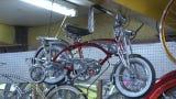 """Manny Silva aprendió a reparar bicicletas y al emigrar a EEUU su oficio fue la base para elaborar las """"Lowrider"""", unas bicicletas personalizadas"""